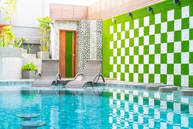 Lege stoel zwembad rond zwembad