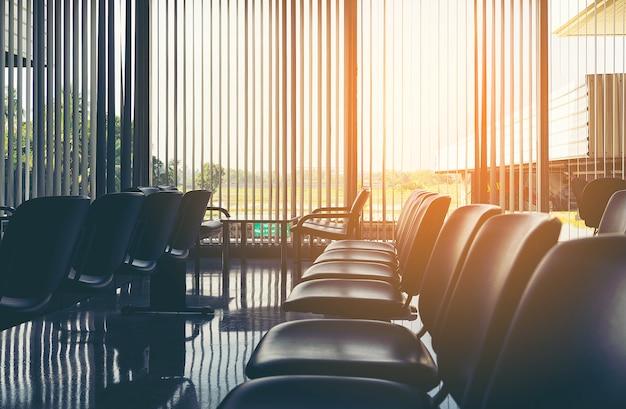 Lege stoelen bij een bedrijf of de stoelen zijn van leer met metalen poten en geen wachtruimte voor armleuningen