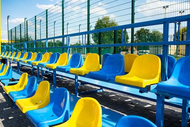 Lege stoelen in het stadion. universiteit of school voetbalveld.