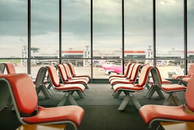 Lege stoelen in terminal