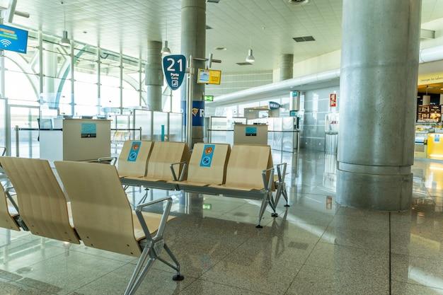 Lege stoelen met borden op de luchthaven van porto