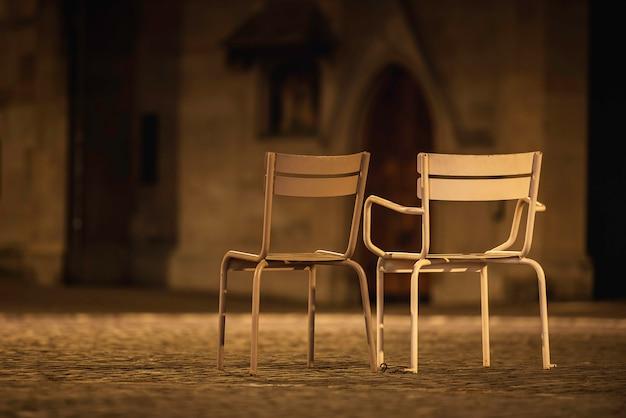Lege stoelen op de straten van zürich in de nacht