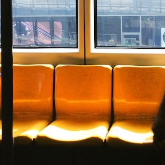 Lege stoelen op een trein