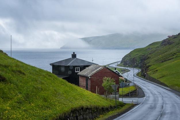 Lege straat die twee eilanden en een mistige hemel met elkaar verbindt