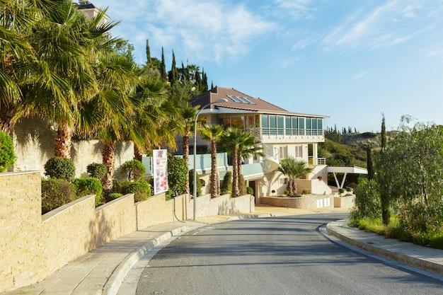 Lege straat in de mooie en comfortabele grote tuin onder mooie blauwe hemel