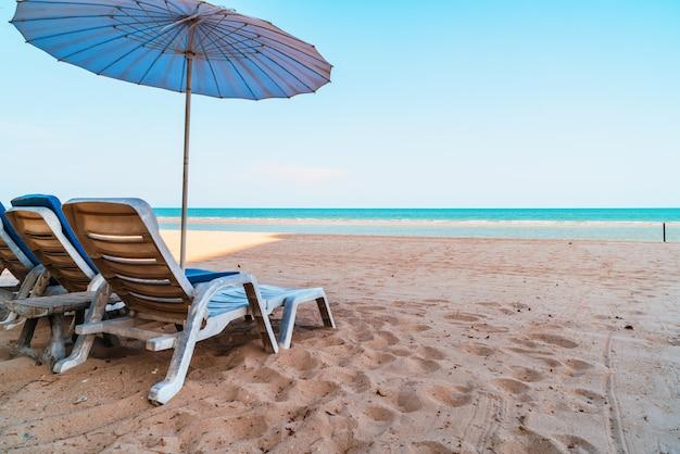 Lege strandstoel op zand met oceaan overzeese achtergrond