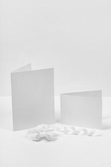 Lege stukjes papier met lint
