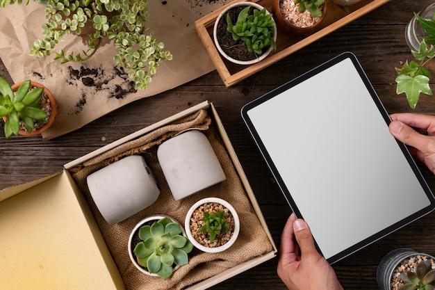 Lege tablet en kamerplant levering van een online bedrijf