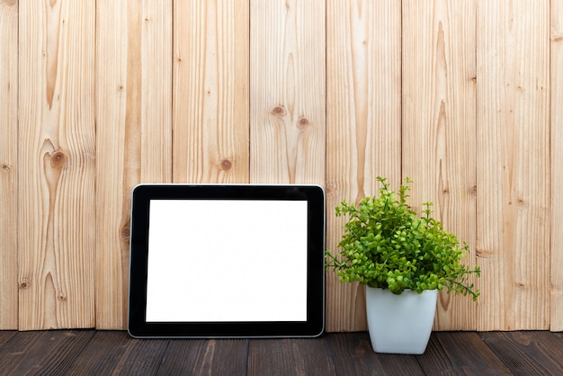 Lege tablet en kleine boom