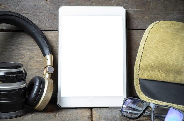 Lege tablet met reismateriaal voor reisspot omhoog