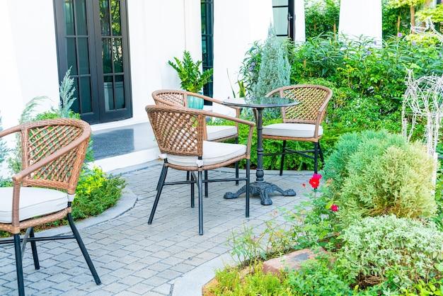 Lege tafel en stoel in café-restaurant