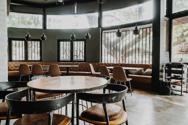 Lege tafel en stoel in restaurant en café