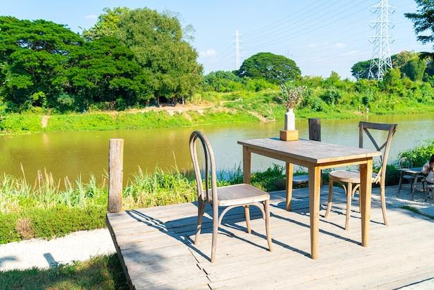 Lege tafel en stoel met uitzicht op de rivier en de blauwe lucht
