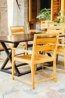 Lege tafel en stoel