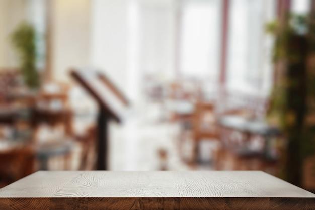 Lege tafel in het restaurant. tafelblad close-up.