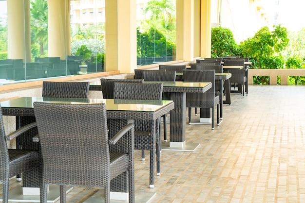 Lege tafels en stoelen op een terras