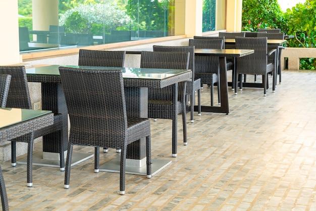 Lege tafels en stoelen
