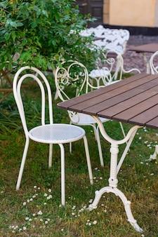 Lege tafels tussen de eeturen. ouderwets caféterras