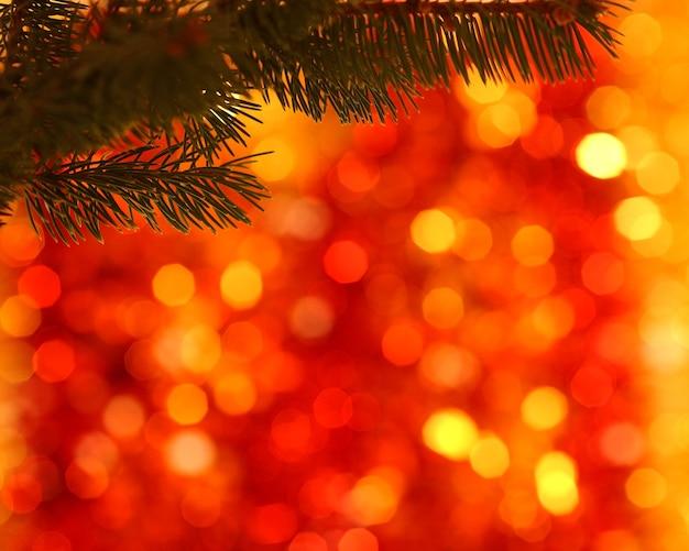 Lege tak van kerstboom op onscherpe achtergrond