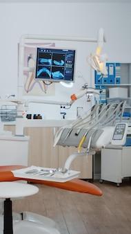 Lege tandheelkundige orthodontische stomatologie kantoor met niemand in. heldere modern uitgeruste orthodontische werkplek, mondhygiëne en zorg. tandheelkundige gezondheid in het ziekenhuis. breed om in te zoomen schieten