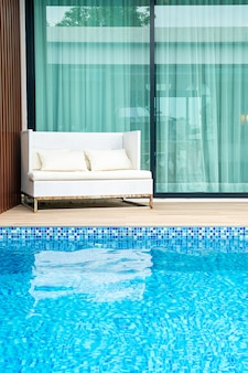 Lege terrasstoel in de buurt van zwembad