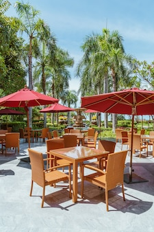 Lege terrastafel en stoel met paraplu