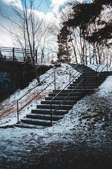 Lege trap met sneeuw