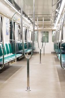 Lege treinstoelen van metro tijdens coronavirus pandemie
