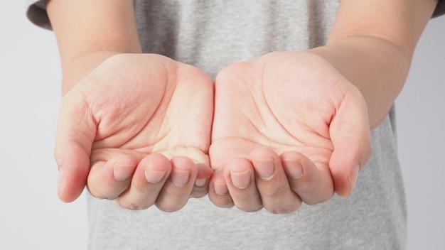 Lege twee handen op witte achtergrond.