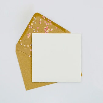 Lege uitnodiging met bruine envelop