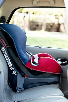 Lege veiligheidsstoel voor baby in de auto