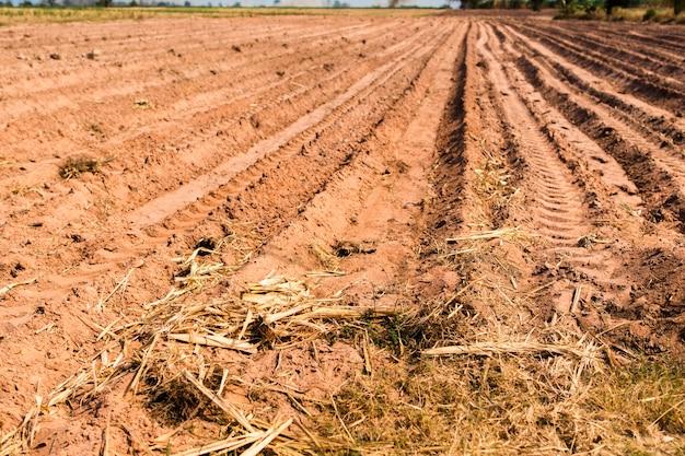 Lege velden waar de grond wordt gemengd en de bovengrond wordt voorbereid voor beplanting