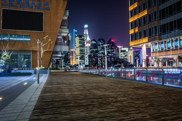 Lege verdieping met moderne skyline en gebouwen 's nachts in shanghai