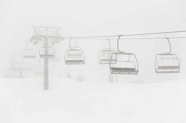 Lege verlaten stoeltjeslift tijdens de sneeuwstorm.