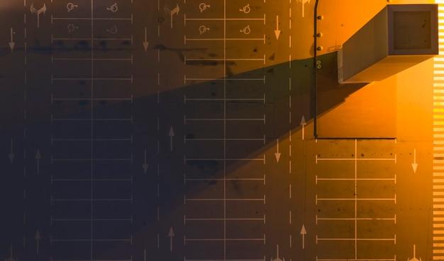 Lege verlichte parkeerplaats 's nachts, vlakbij het winkelcentrum. bovenaanzicht.