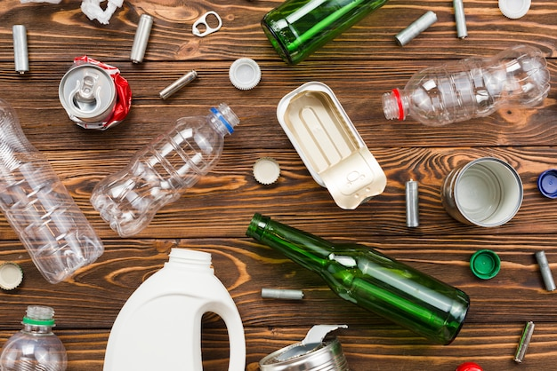 Lege verpakking en ander afval op planken