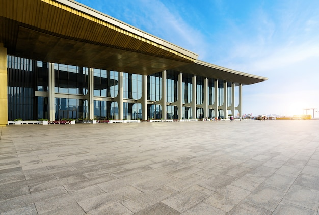 Lege vierkante grond en moderne gebouwen in qingdao, china
