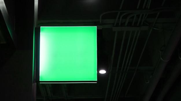 Lege vierkante lightbox-signage hangt aan muur