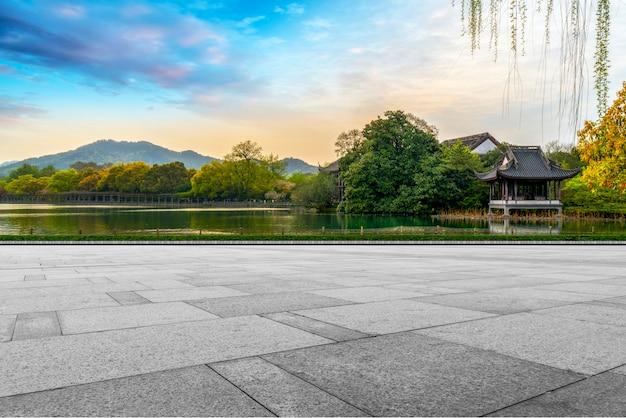 Lege vierkante stenen en natuurlijk landschap