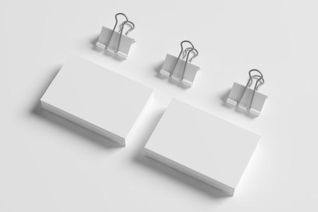 Lege visitekaartjes en bindmiddelen die op wit worden geïsoleerd.