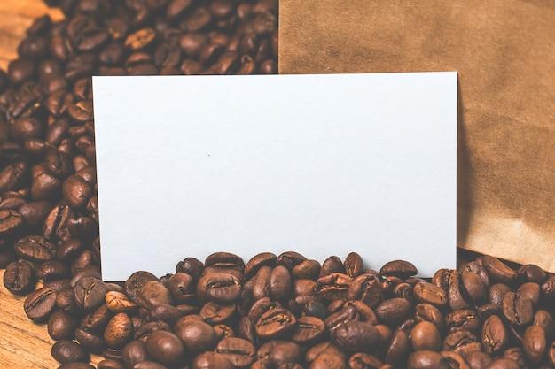 Lege visitekaartjes en kopje koffie op houten tafel. corporate stationaire branding mock up.