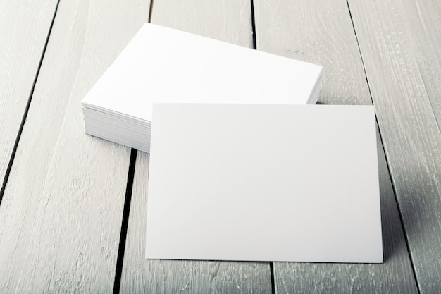 Lege visitekaartjes op een houten achtergrond