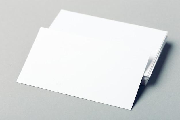 Lege visitekaartjes op grijze achtergrond