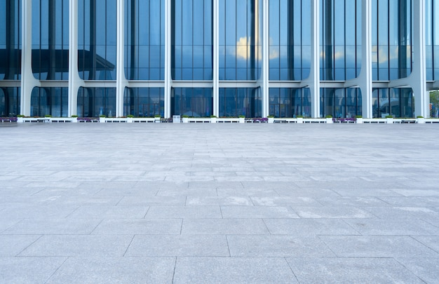 Lege vloer en moderne architectuur