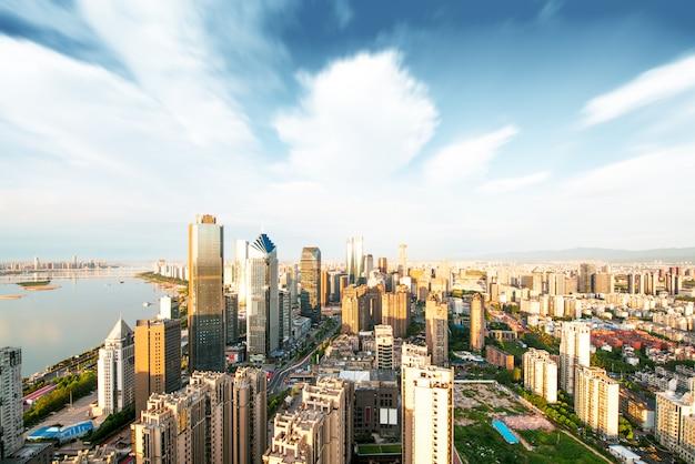 Lege vloer met moderne skyline en gebouwen