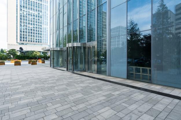 Lege vloeren en kantoorgebouwen in het financiële centrum, qingdao, china