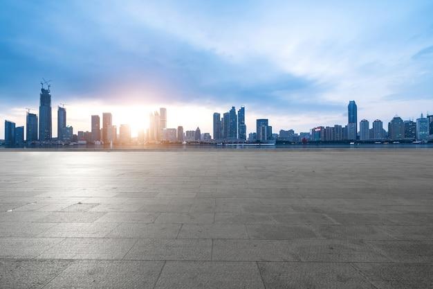 Lege vloeren en stedelijke skyline in qingdao, china