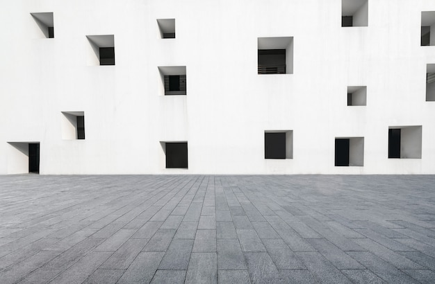 Lege vloeren en witte ramen