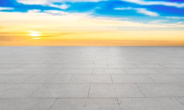 Lege vloertegels en hemel natuurlijk landschap