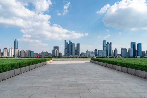 Lege vloertegels en skyline van stadsgebouwen